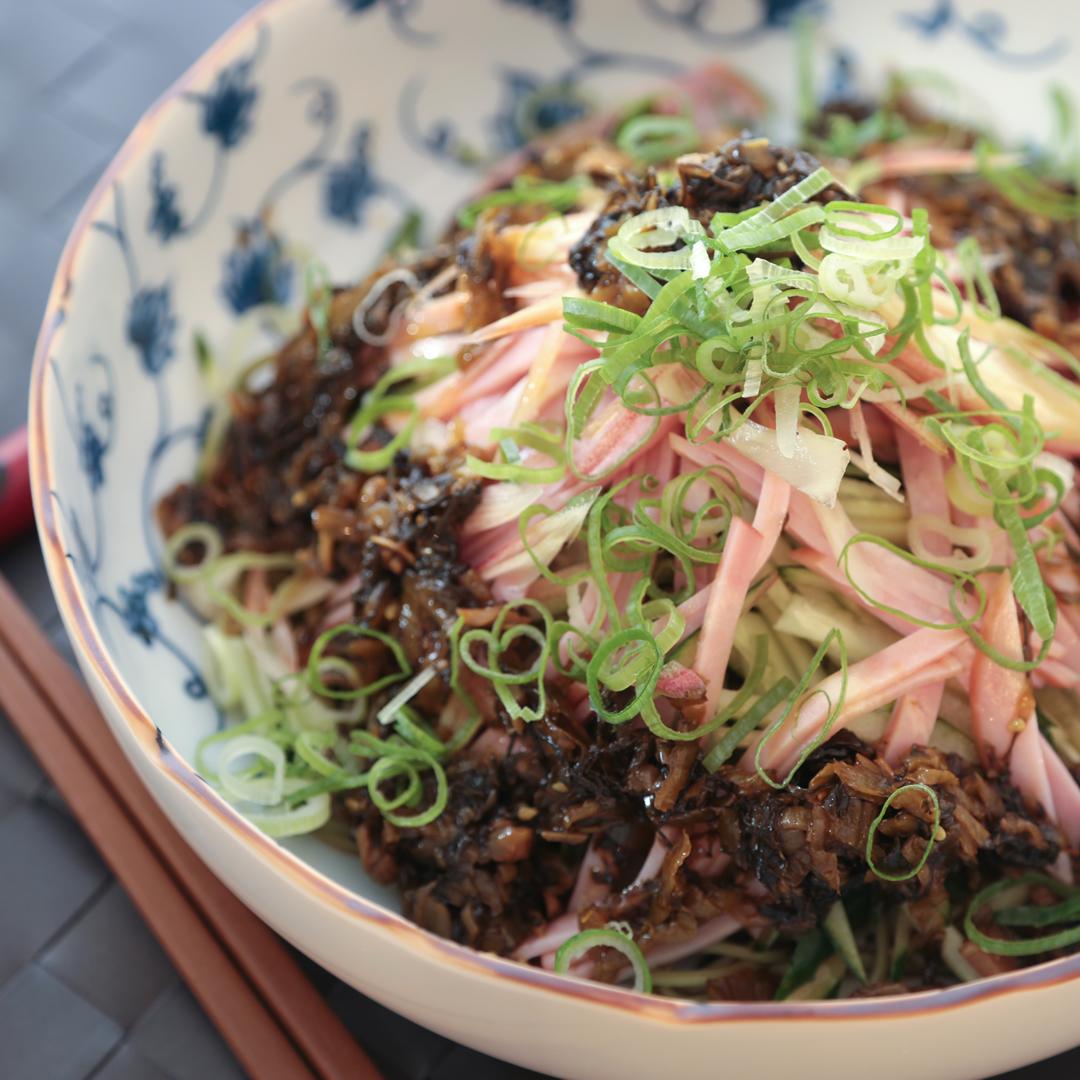 森崎さん家のきゅうりとハムとミョウガと高菜と、そして桑の葉麺